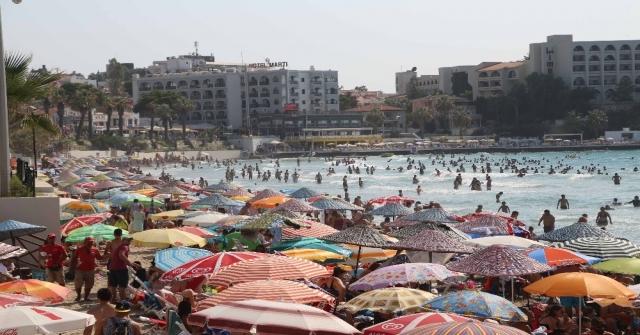 Kuşadası Plajlarında İnsan Seli