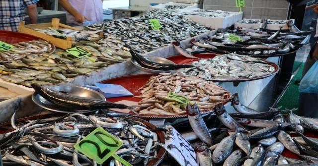 Rizede Tezgahlarda Balık Bolluğu